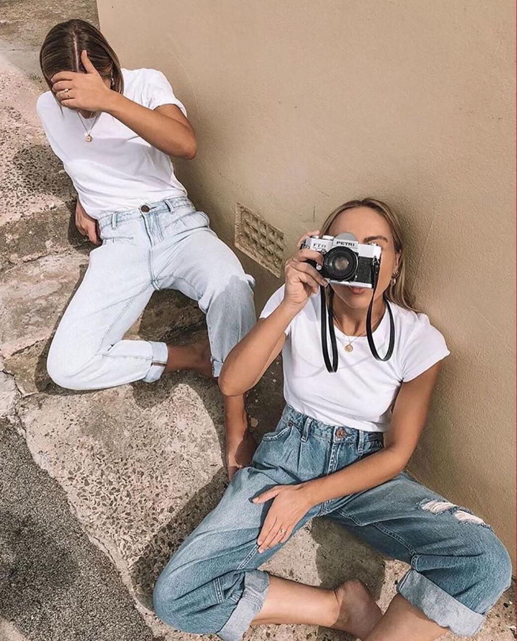 Dwie dziewczyny jeansy oneteaspoon aparat