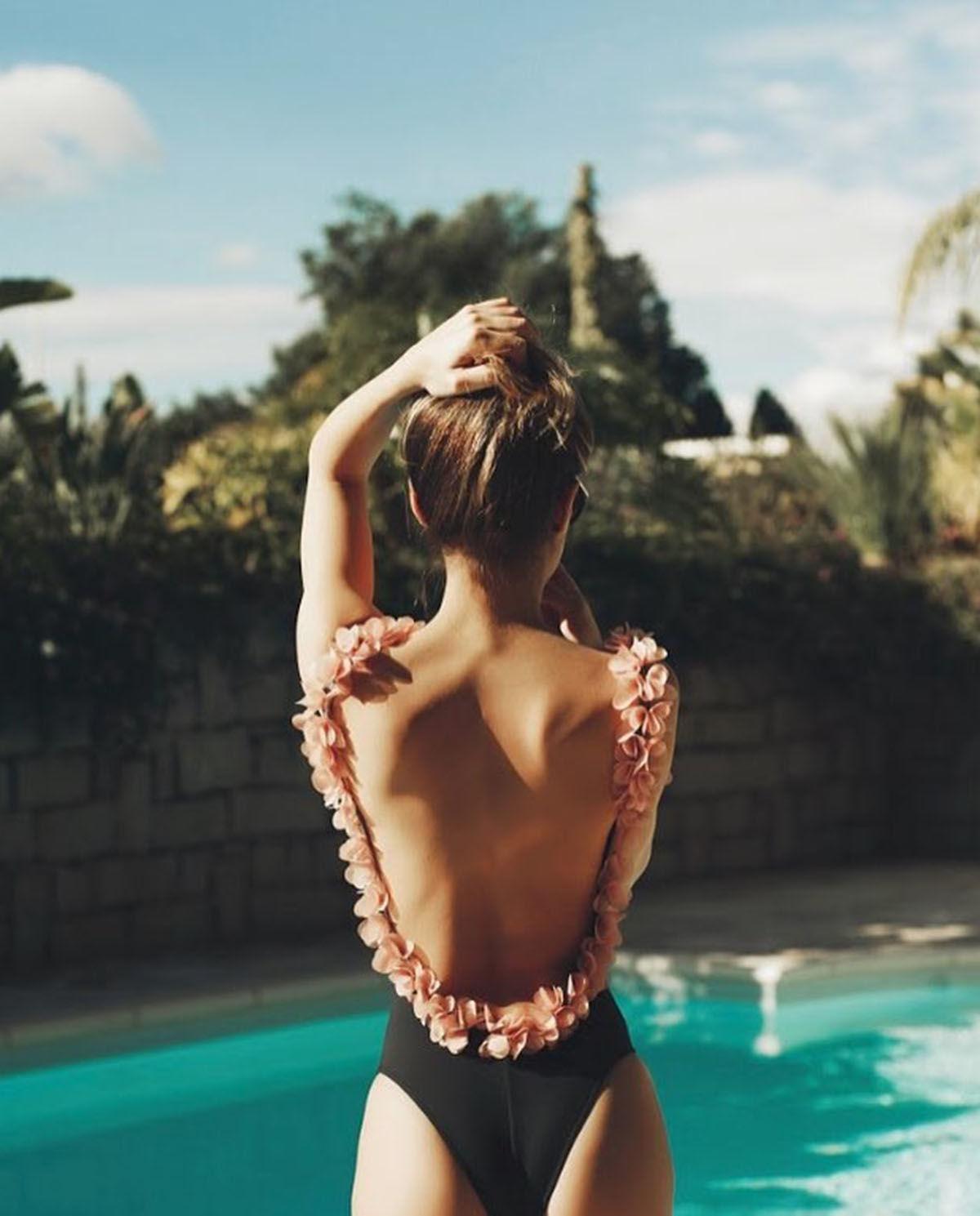 modelka tyłem basen strój kąpielowy la reveche