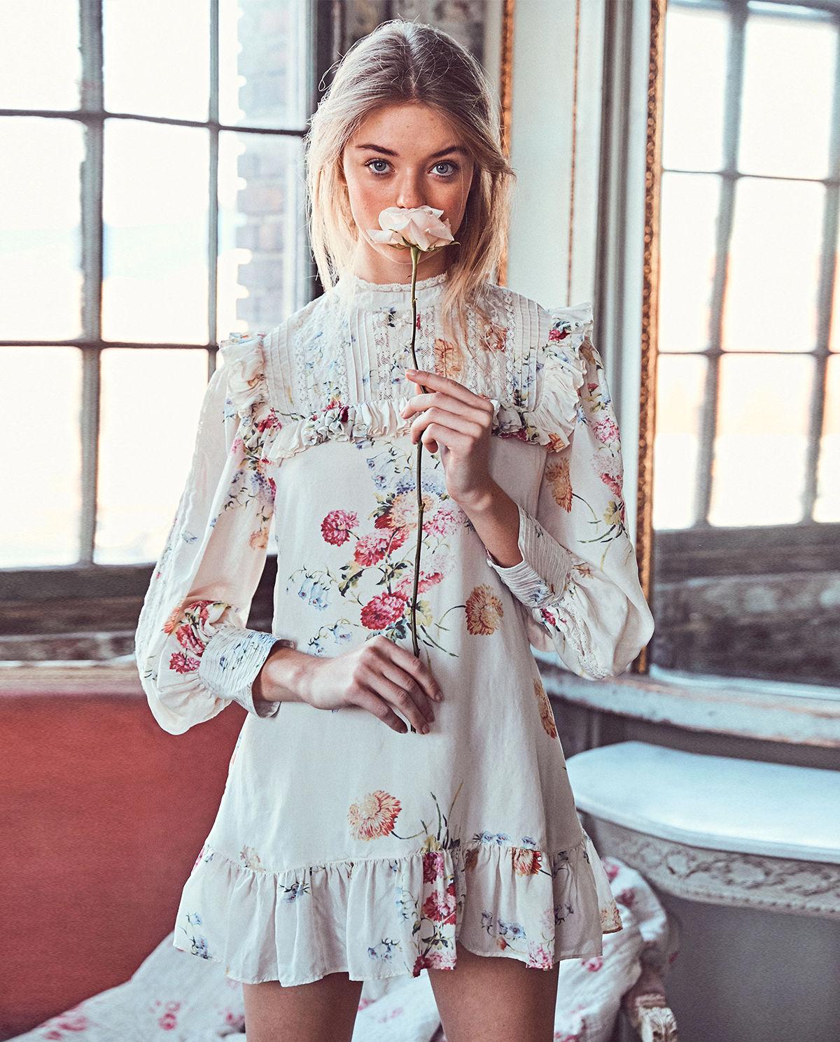 sukienka love shack fancy róża modelka