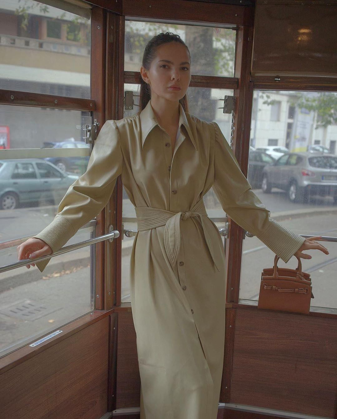 Modelka sukienka Nanushka nude wegańska