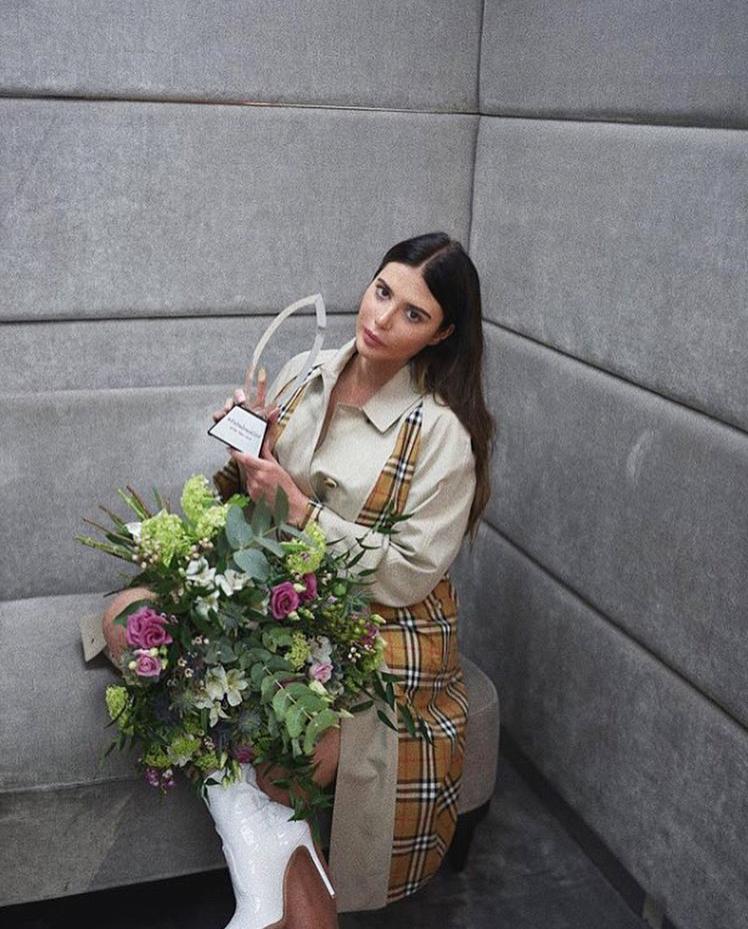 kobieta statuetka kwiaty przymierzalnia