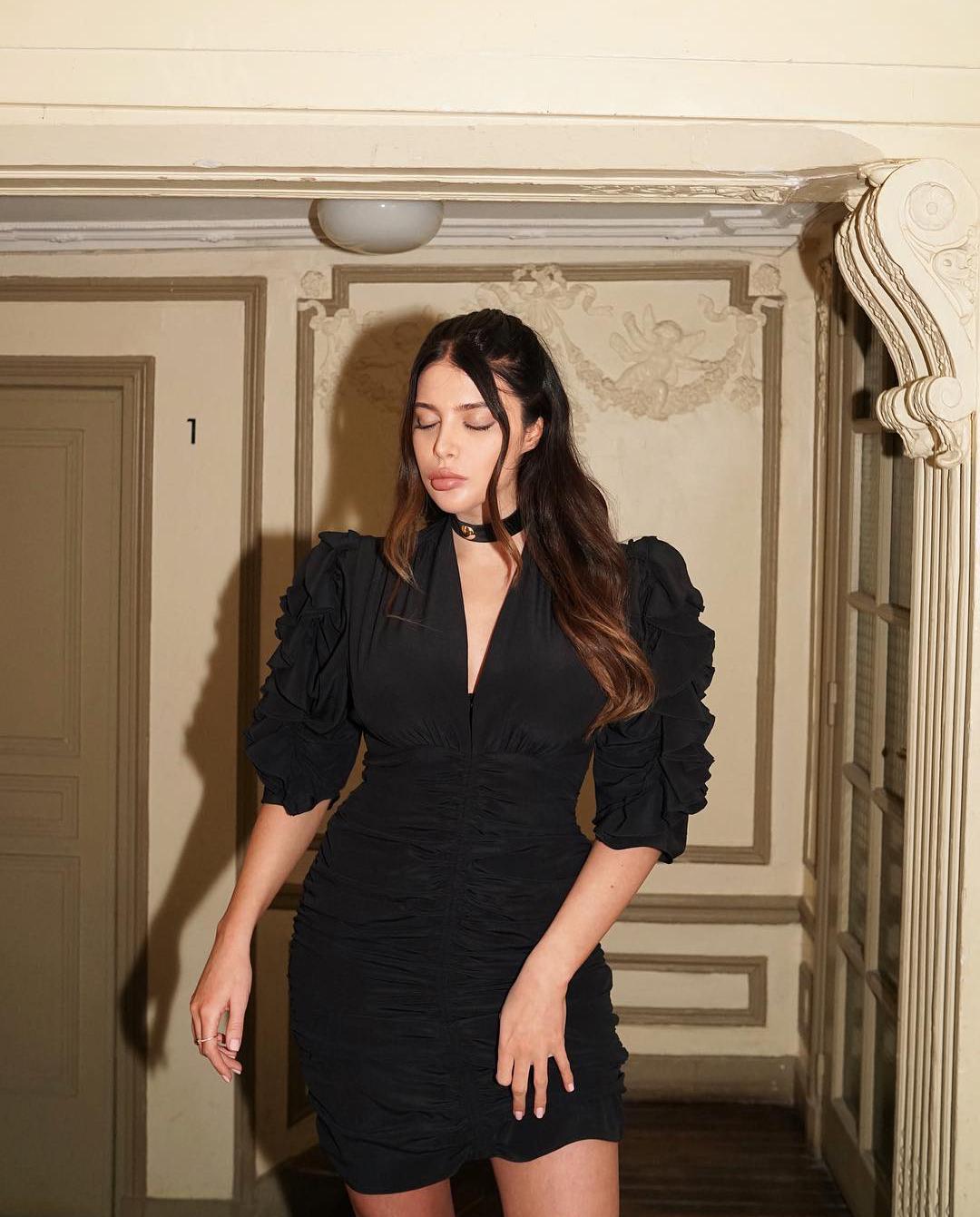 paryż kobieta sukienka mała czarna