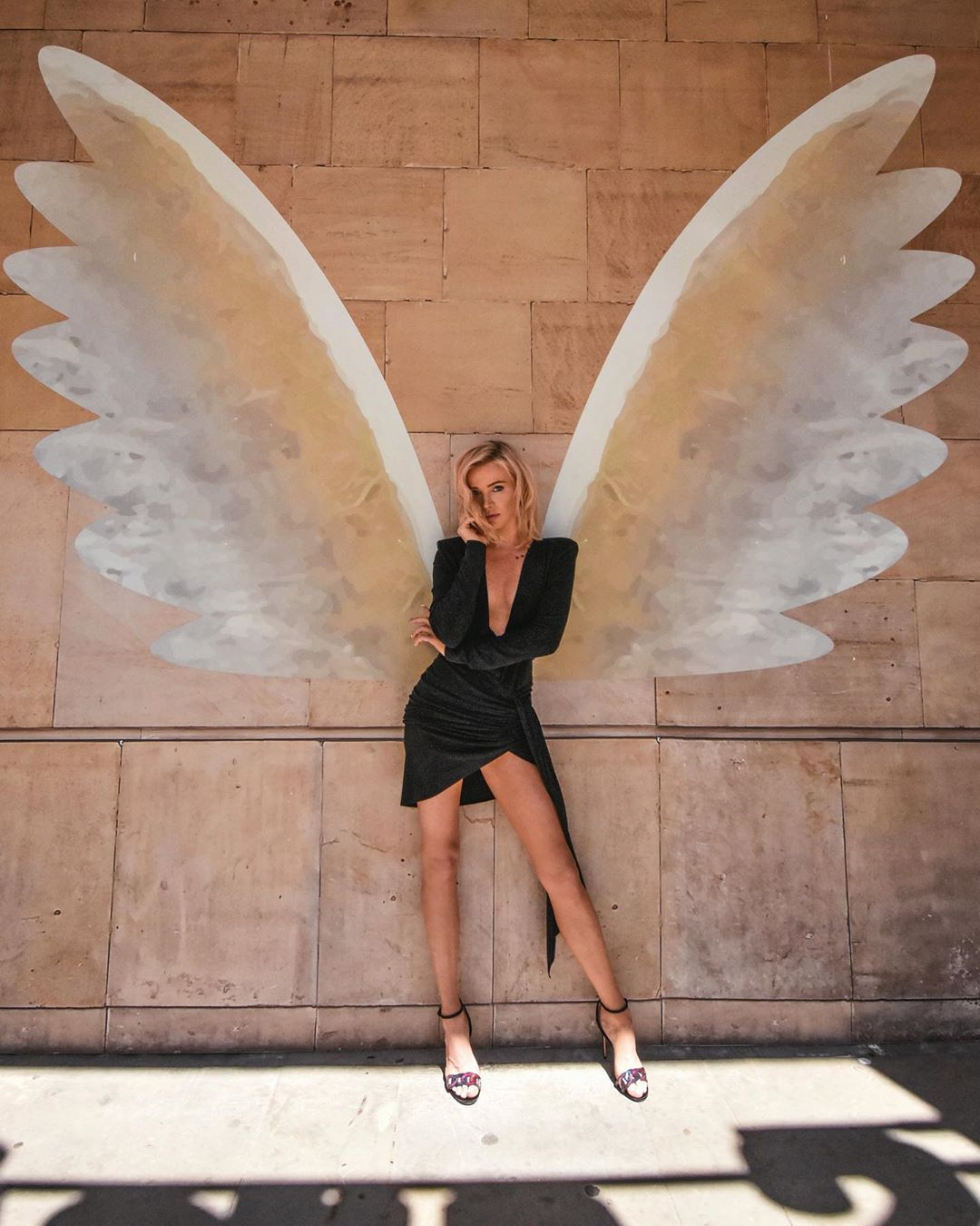 kobieta skrzydła mural maffashion blogerka