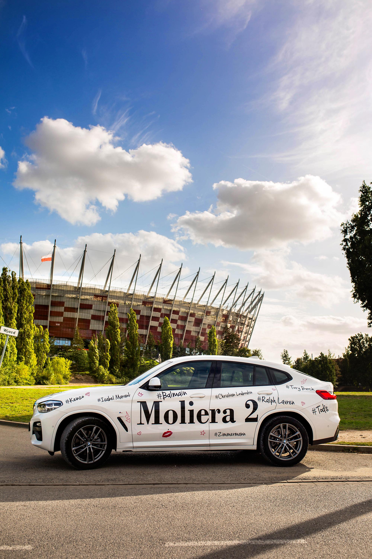 samochód bmw biały napisy stadion narodowy