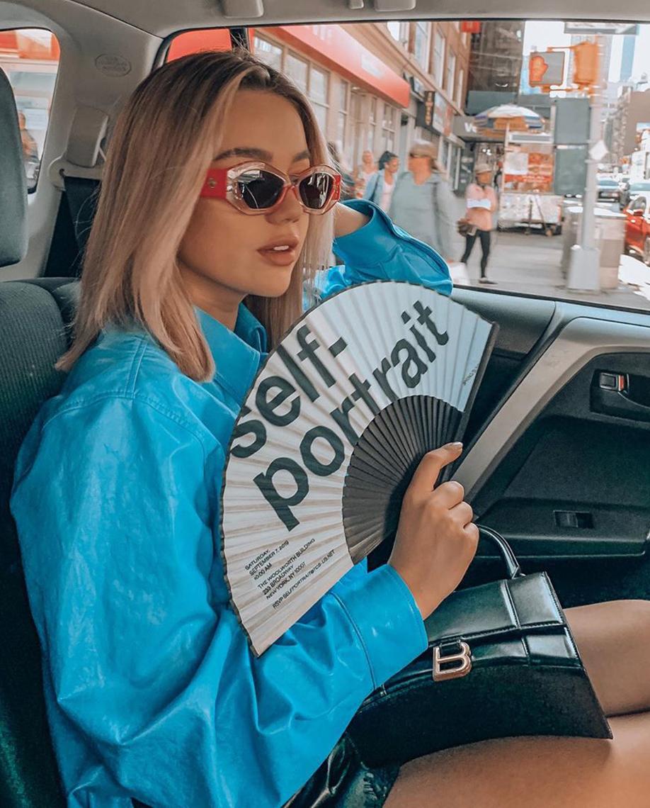 blogerka samochód blondynka wachlarz