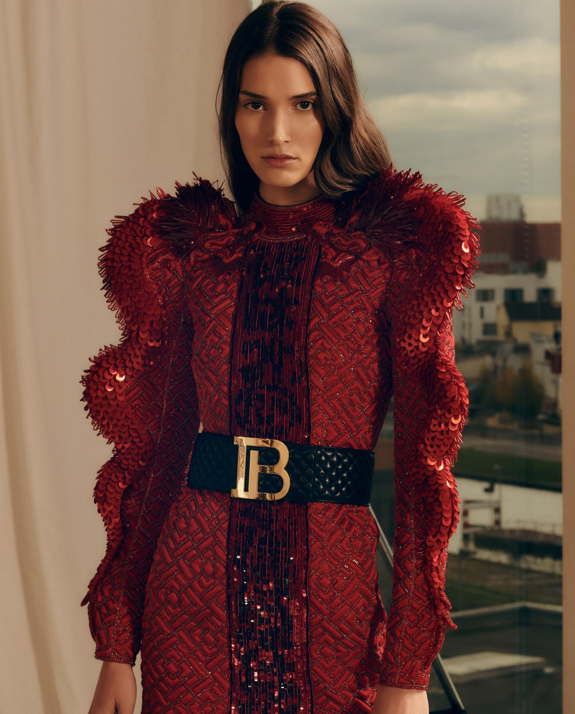 modelka czerwona sukienka balmain