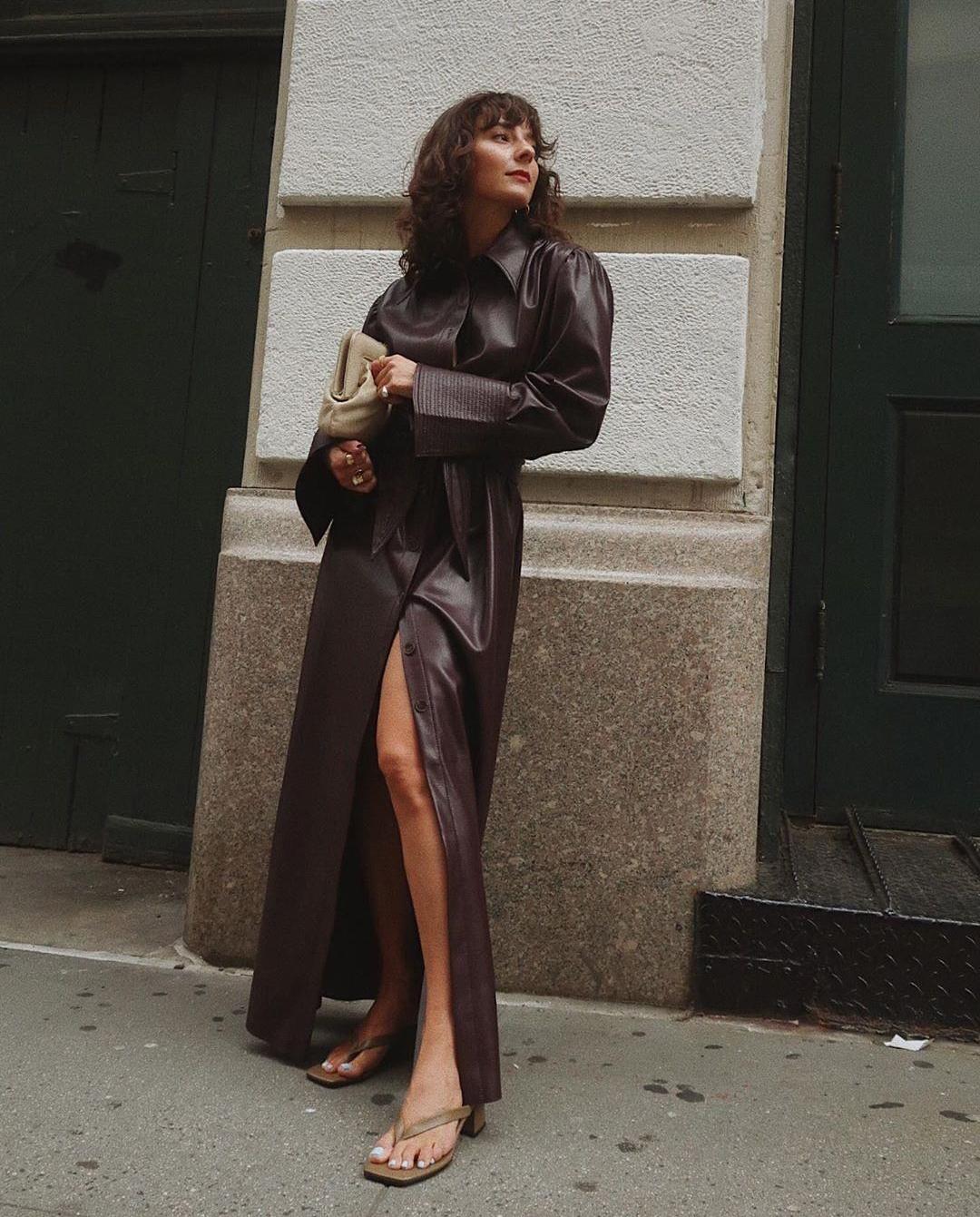 sukienka skórzana dziewczyna ściana