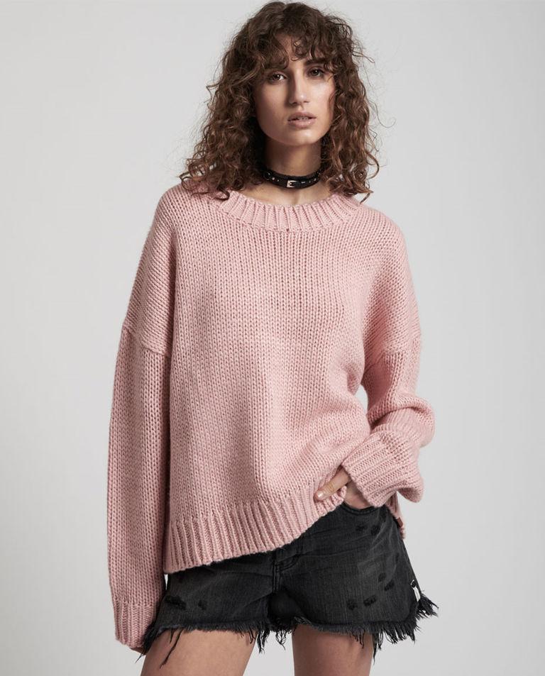 modelka różowy sweter oneteaspoon