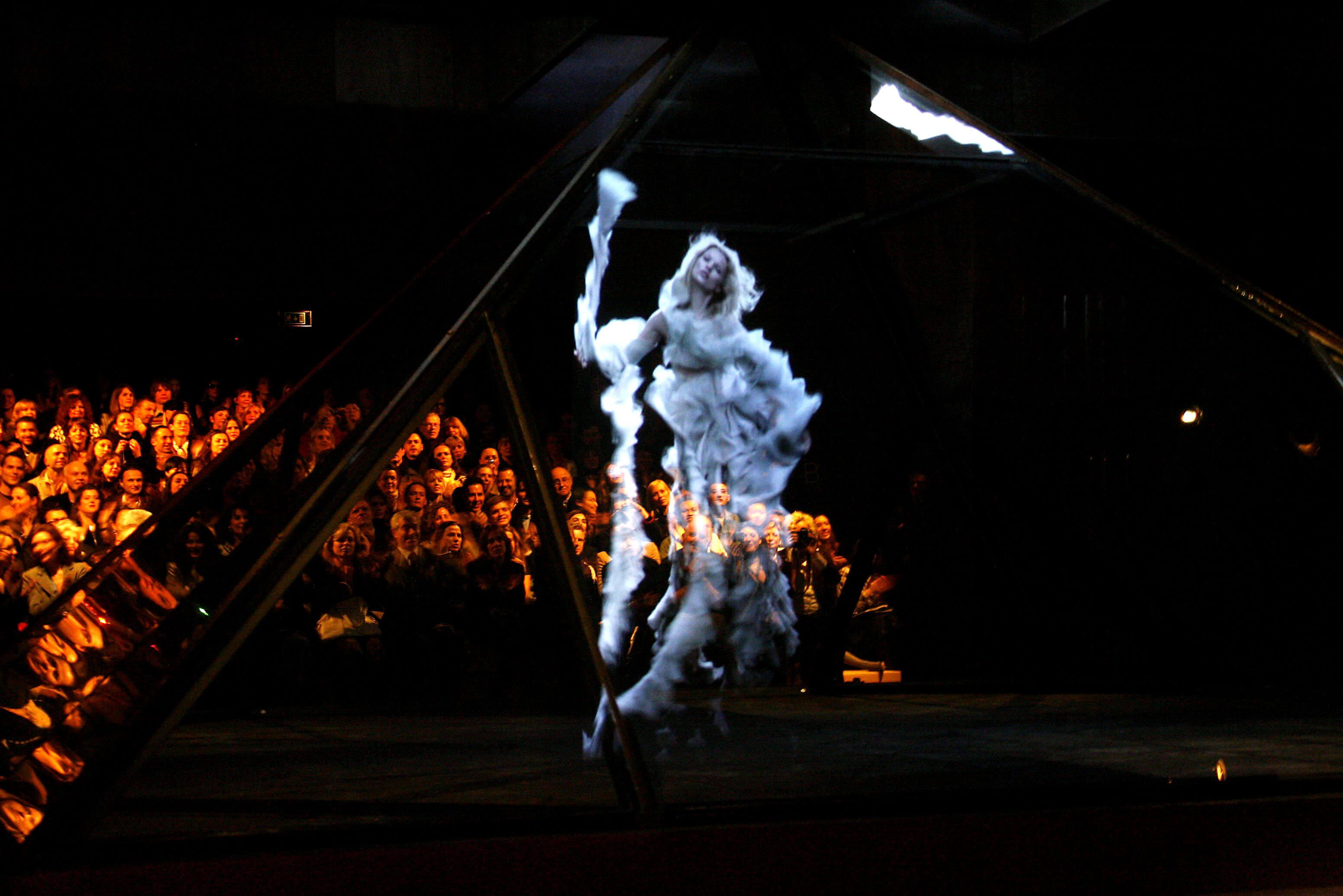 Pokaz Widows of Culloden Alexander McQueen 2005