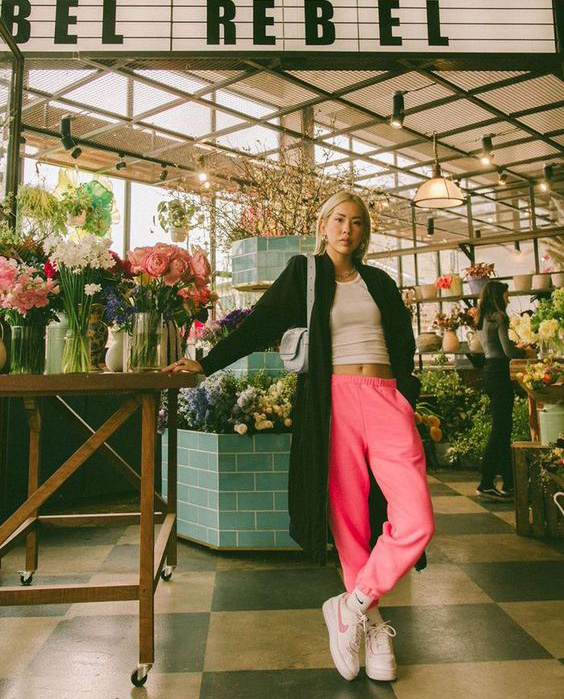 Dziewczyna różowe spodnie dresowe