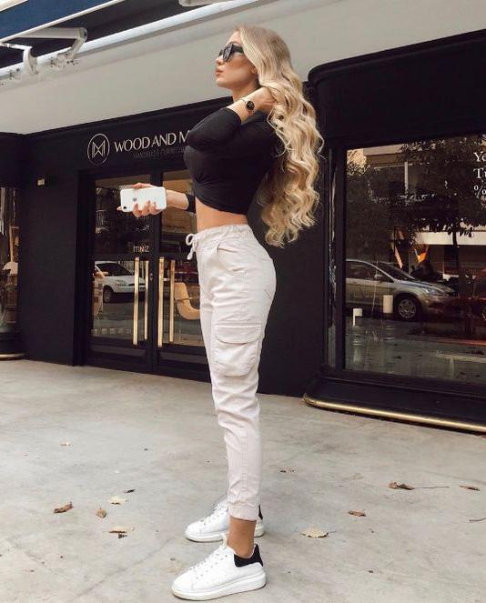 Dziewczyna spodnie dresowe sneakersy Alexander McQueen