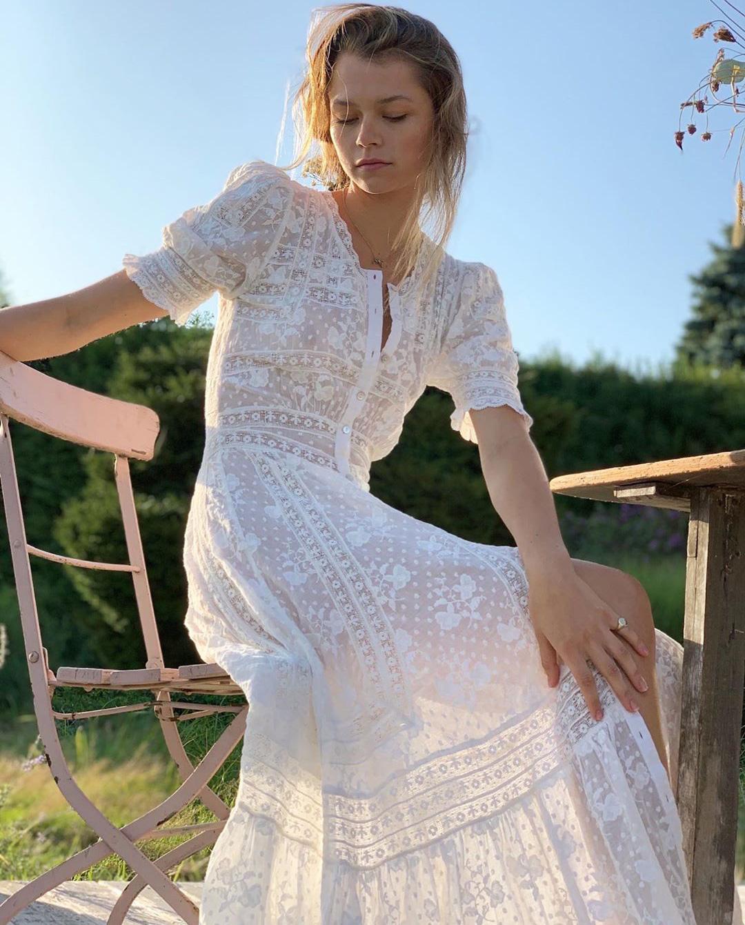 dziewczyna siedzi biała sukienka maxi boho love shack fancy