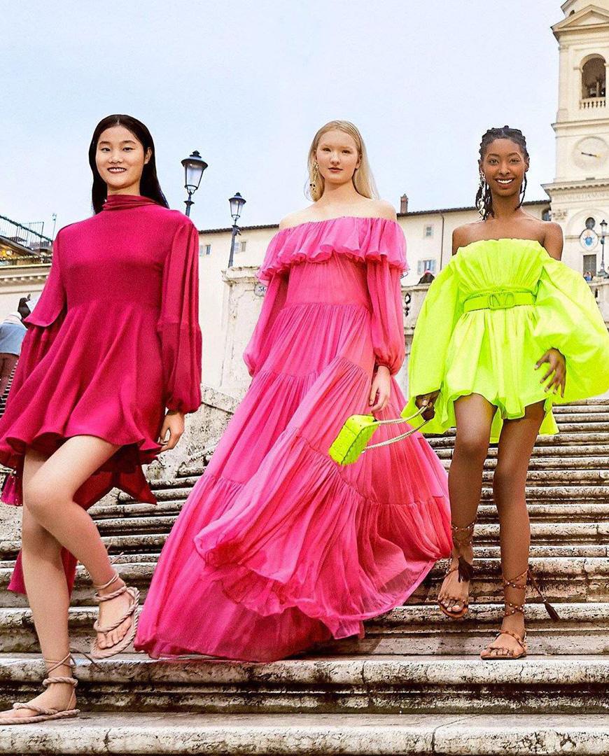 Kolorowe sukienki Valentino wiosna-lato 2020 kobiety schody
