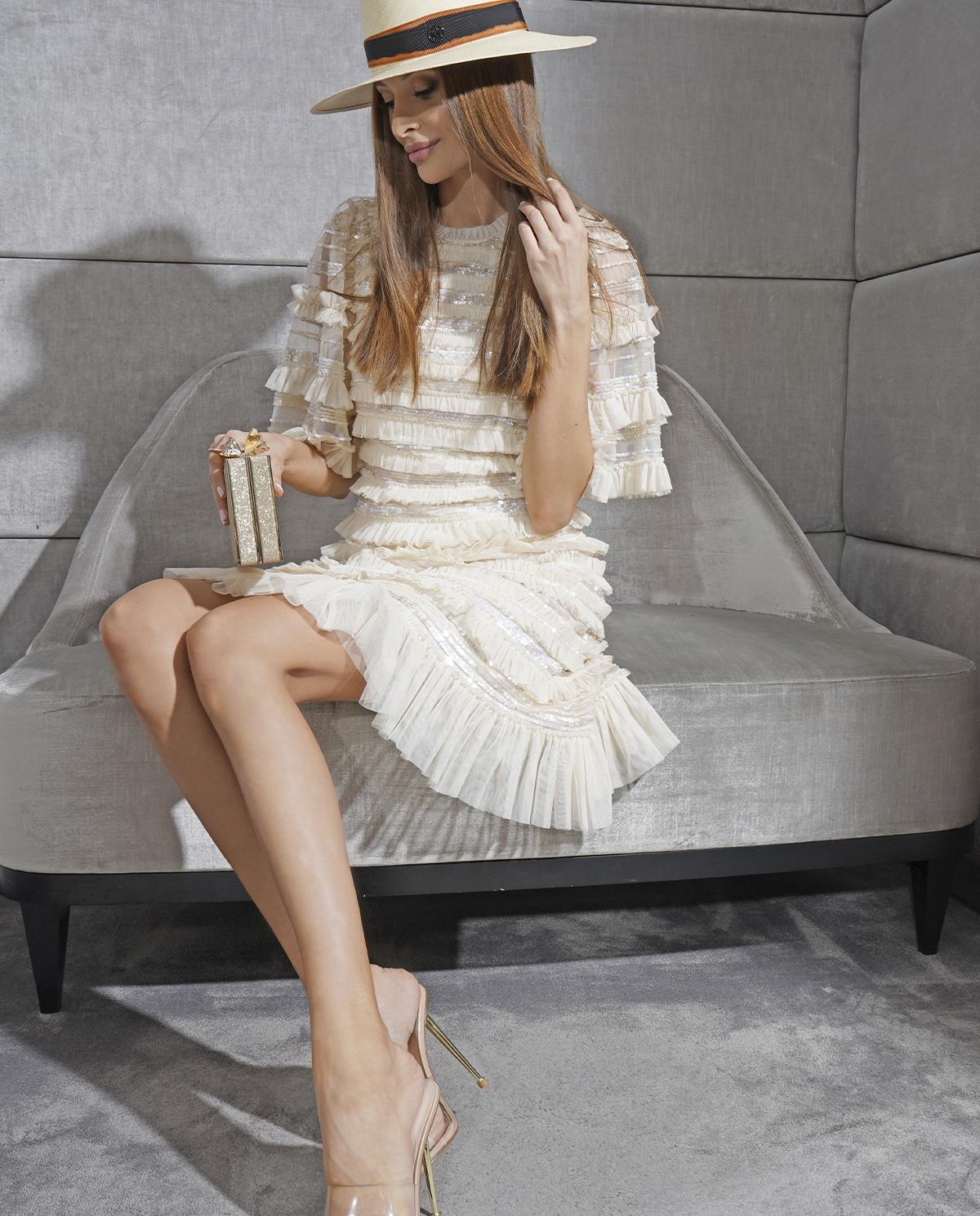Tiulowa sukienka z falbaną Nancy Needle & Thread
